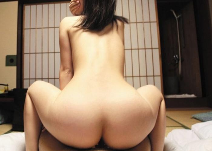 【性交エロ画像】空調切った部屋でするのもアリw濃厚な背面騎乗位セックス(;´∀`)