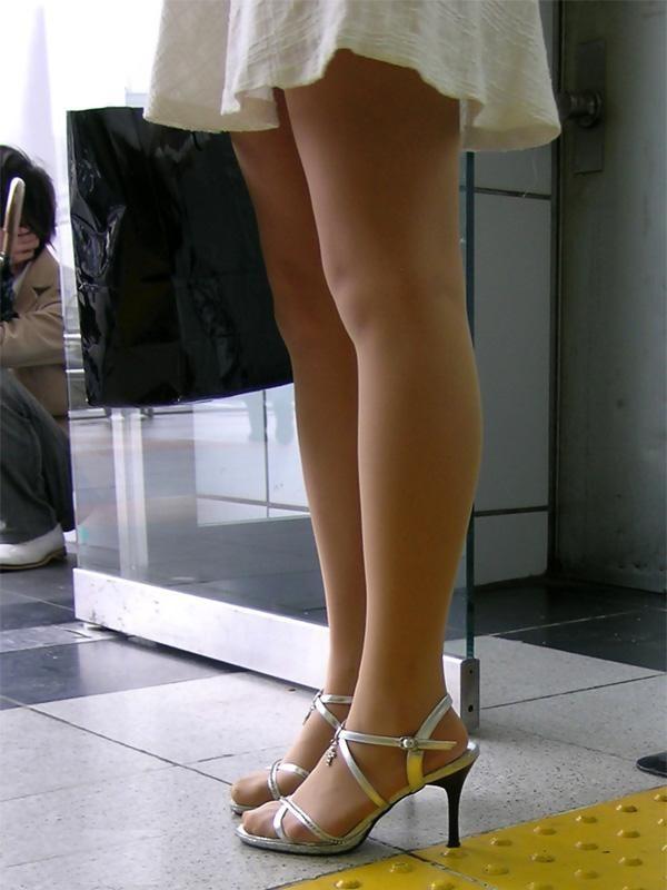 【美脚エロ画像】見えそうなミニ履いた女の美脚に見とれるしかなくて…(;´Д`)