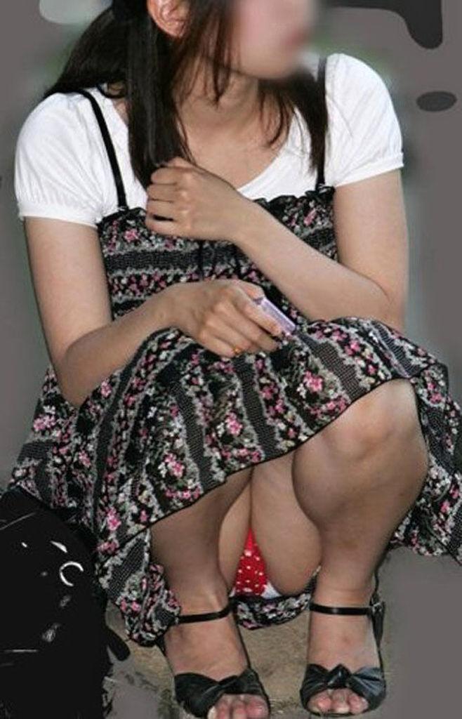 【パンチラエロ画像】うだるような暑さの中でも見逃せない座りチラ女子(;^ω^)