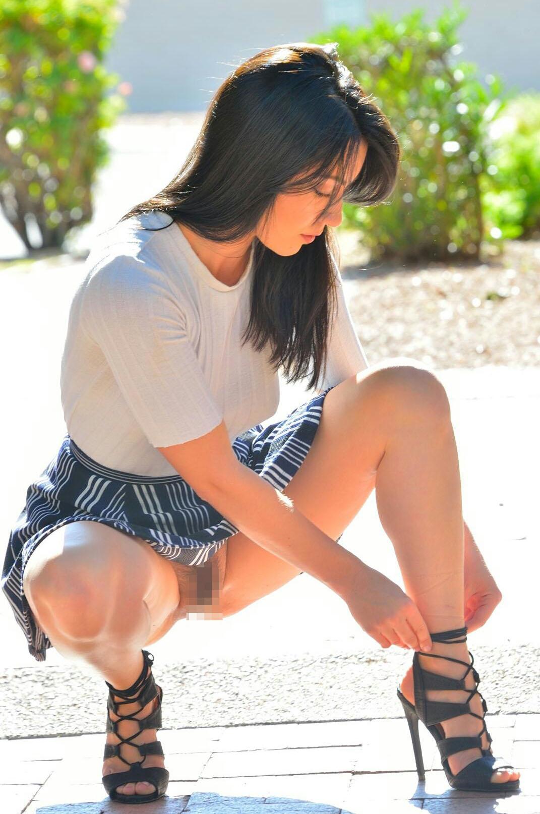 【ノーパンエロ画像】履いてもないし隠す気も皆無…陽気なノーパン海外美女!(;´∀`)