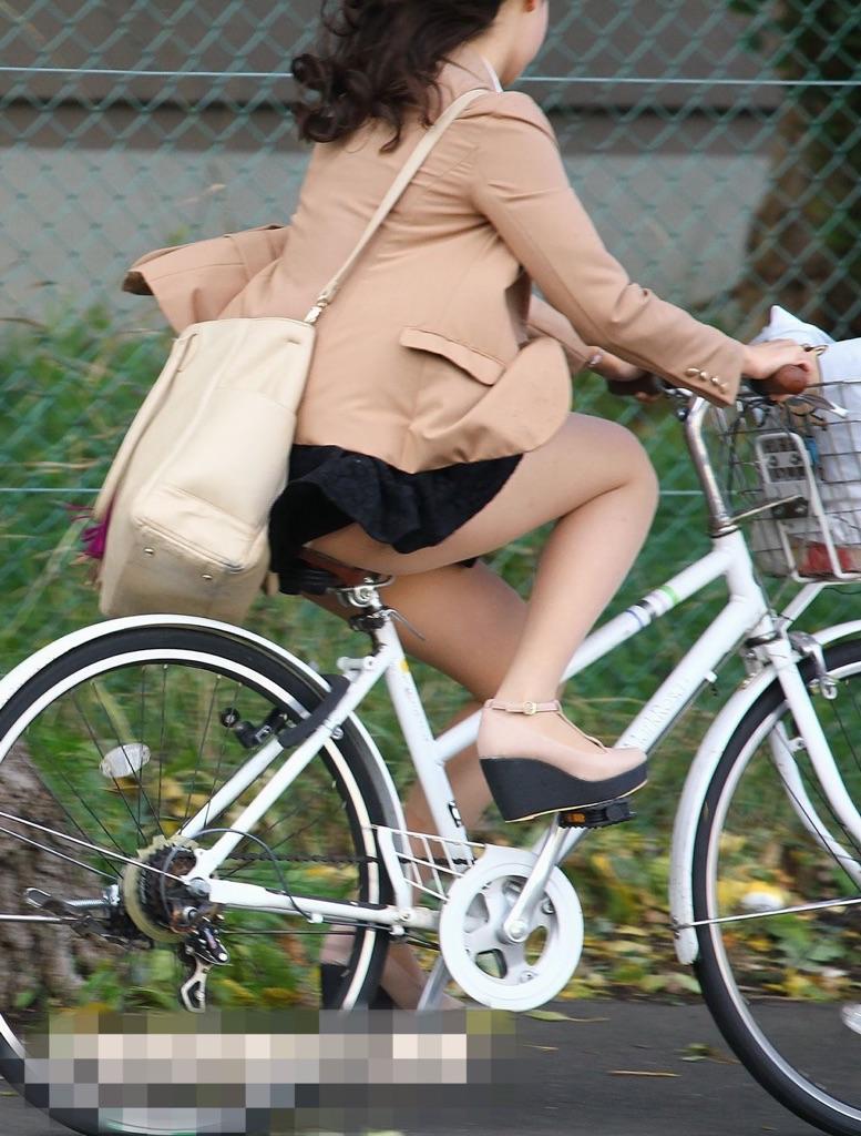 【パンチラエロ画像】前進んでたら追い抜いてでも見たい自転車パンチラ(;^ω^)