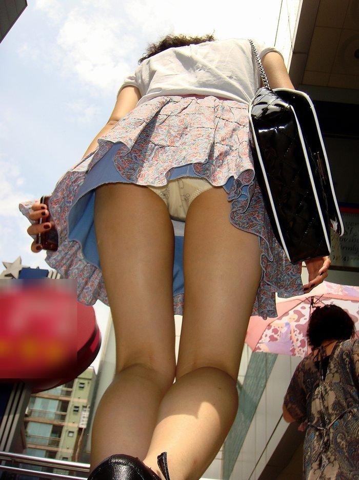 【パンチラエロ画像】ローアングルで眺めた先には見たかったおパンツが!(;´Д`)