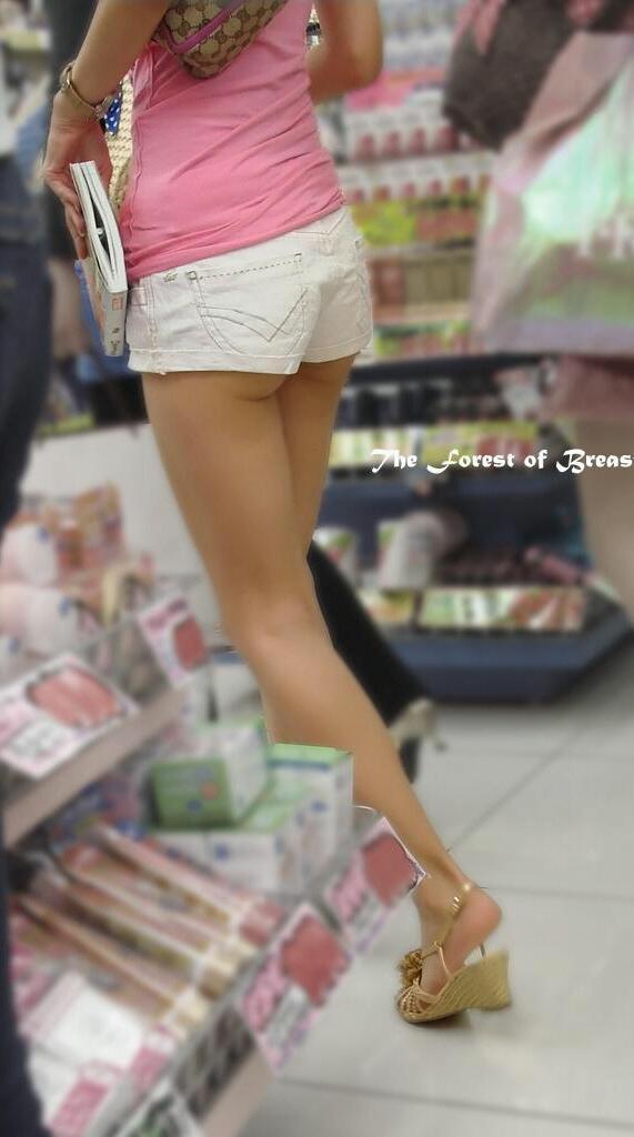 【ハミ尻エロ画像】下着が見える事に匹敵する収穫な着尻からのハミ肉(;゚Д゚)