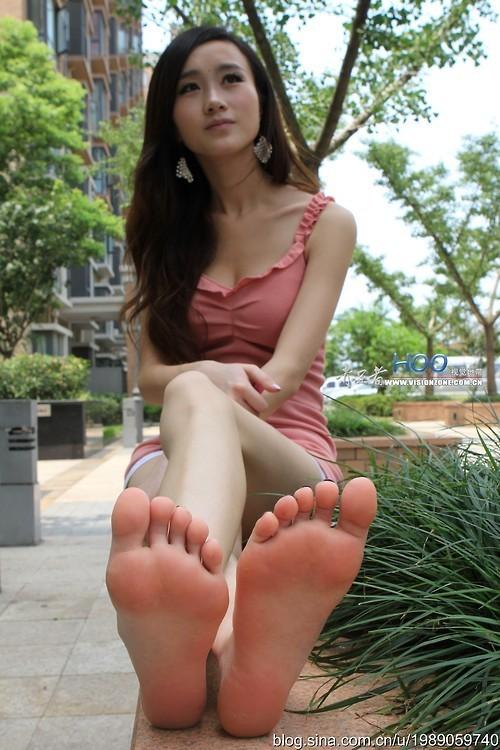 【足裏エロ画像】プロは指の間まで味わいますw舐めてみたい女子の足裏(゚A゚;)