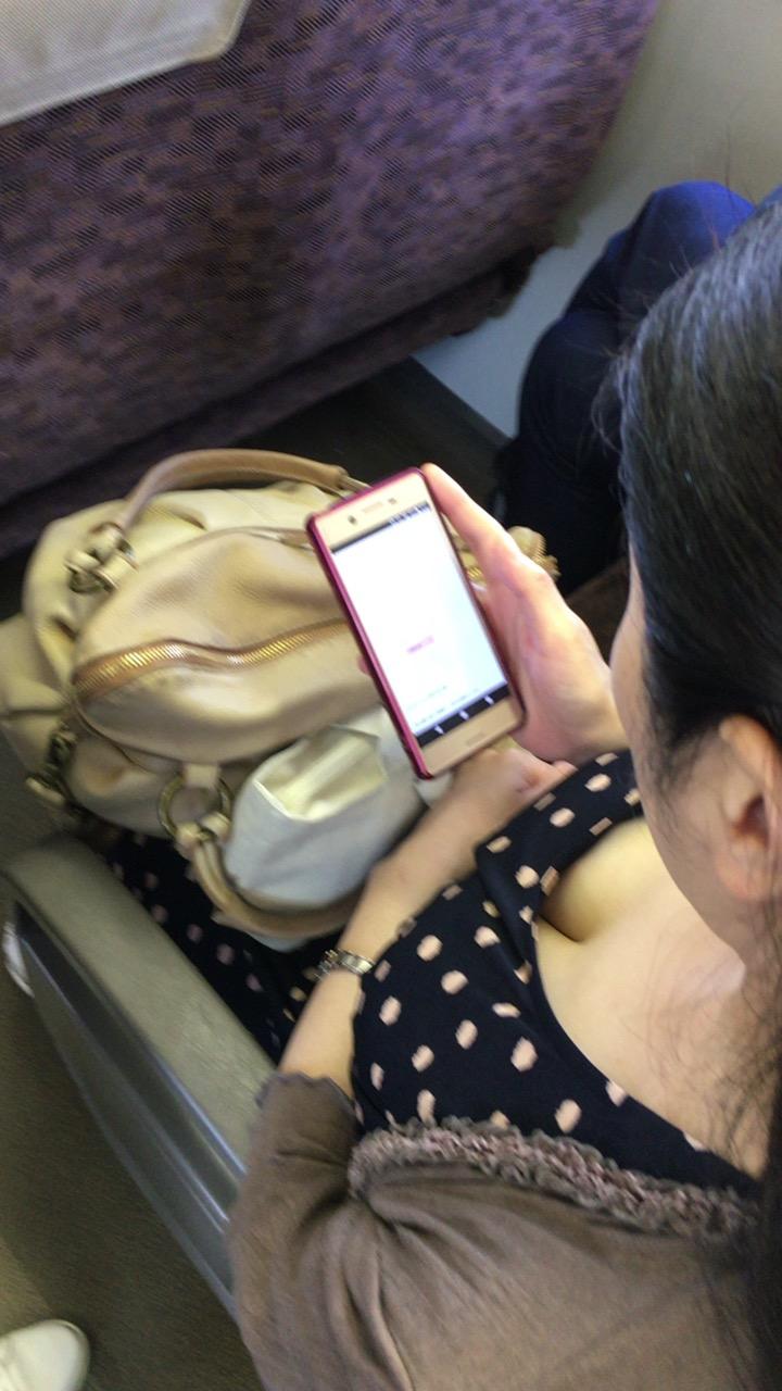 【着胸エロ画像】立っていれば見えやすい!電車で堪能する着衣おっぱい(;・∀・)