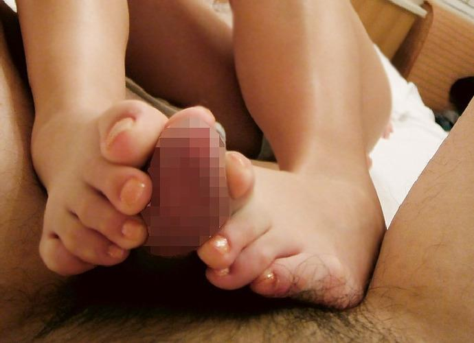 【足コキエロ画像】汚い部分で弄ばれてると思うと…一部ではご褒美な足コキ!(;゚д゚)