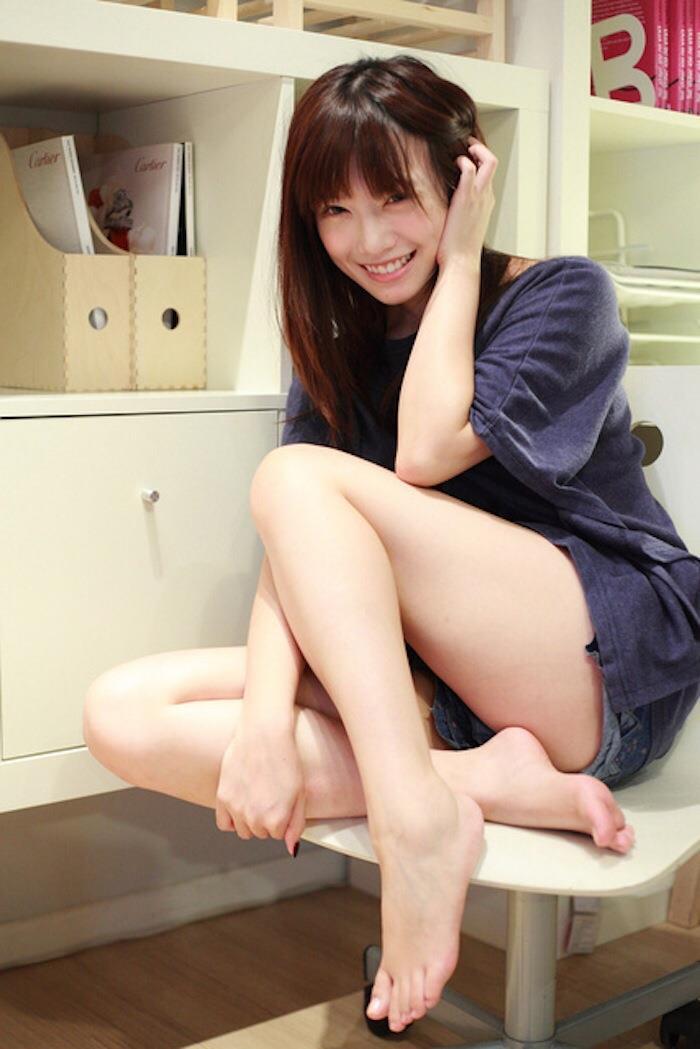 【美脚エロ画像】美しすぎる美脚!ナマツバ飲み込みそうな美脚の女の子!