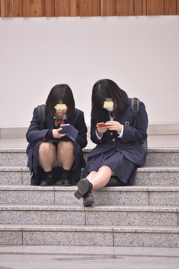 【パンチラエロ画像】ミニから見える若い下半身…萌える制服パンチラ!(;´∀`)