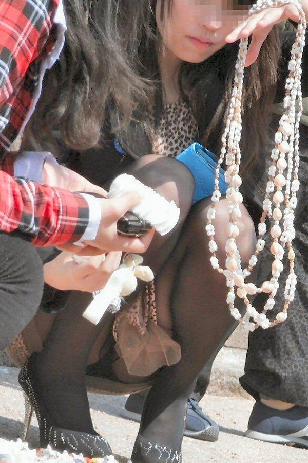 【街撮りパンチラエロ画像】街中でこんなパンチラしている女の子見つけたから撮ったどー!