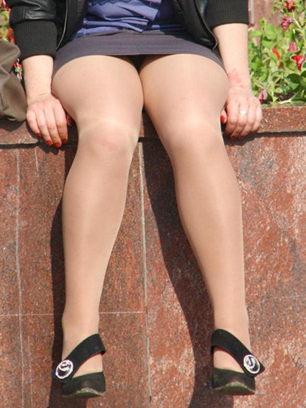 【パンチラエロ画像】丸見えだったら見逃しできない座りチラ女子(;´∀`)