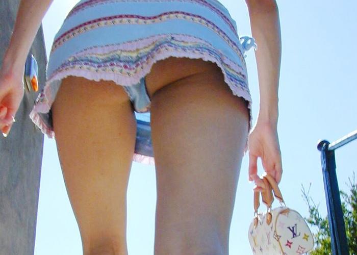 【パンチラエロ画像】日差しの差さないところで見たいローアングルパンチラ!(;^ω^)