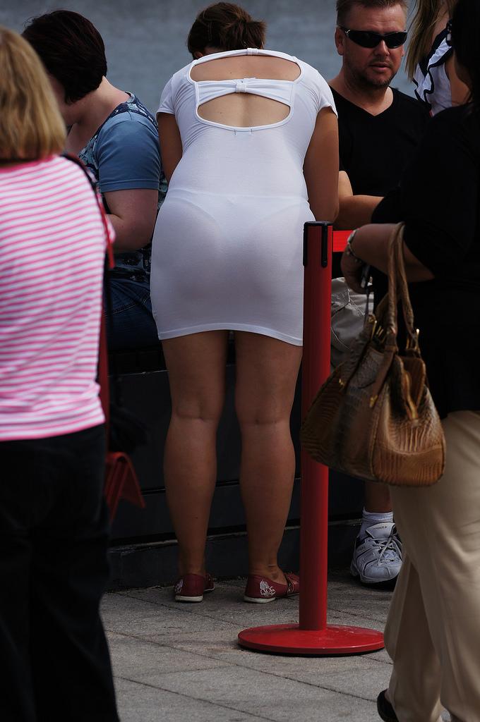【下着透けエロ画像】履いてる事が確認できてるパンツ透けて見えた尻!(;・∀・)
