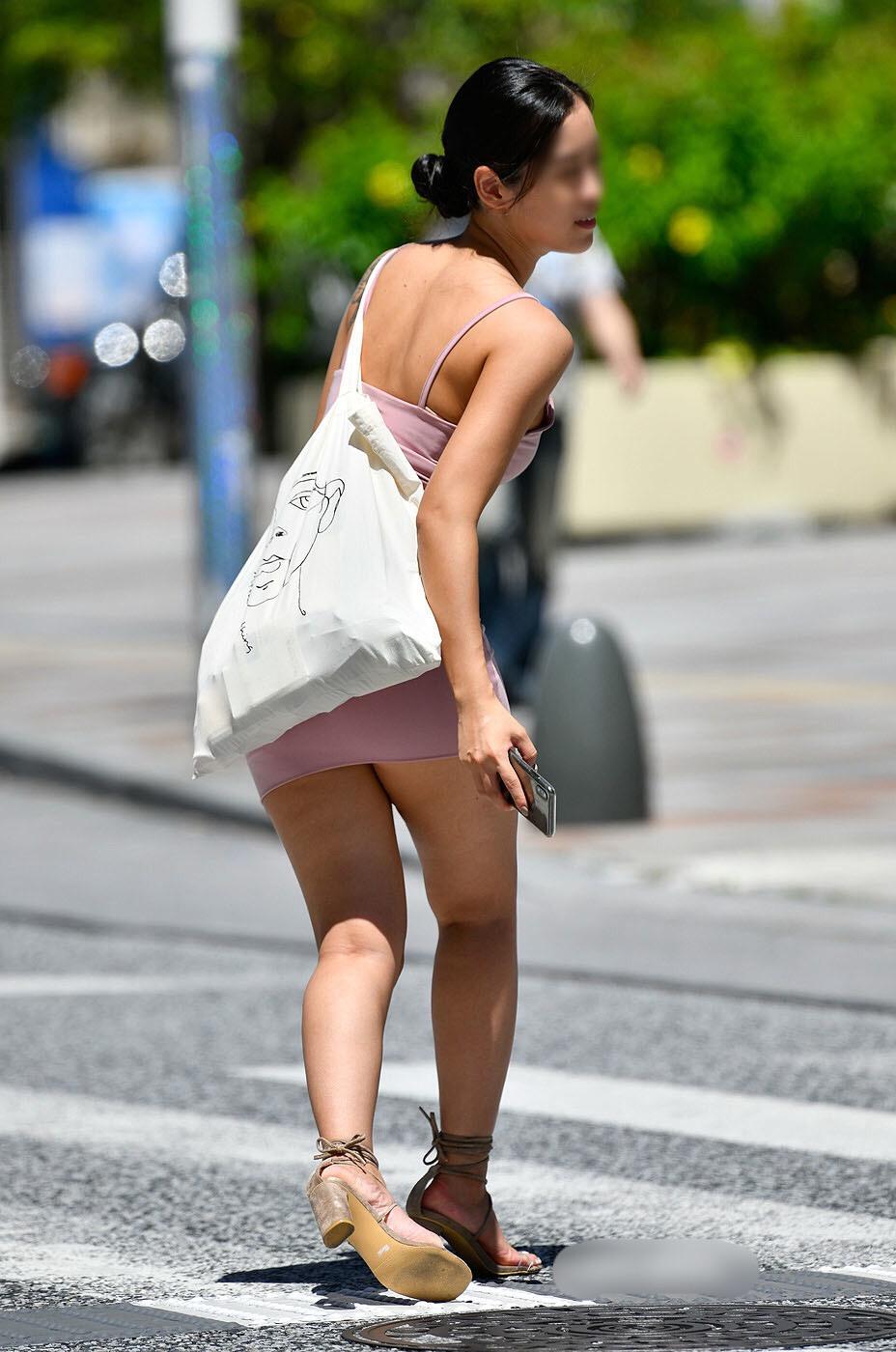 【着エロ画像】酷暑にうってつけ!丸出しな方もいる街角ギャルの生背中(;´∀`)