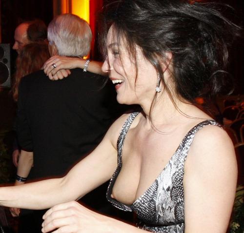 【胸チラエロ画像】薄着でノーガード!乳首が見え過ぎ海外素人たち(;゚Д゚)