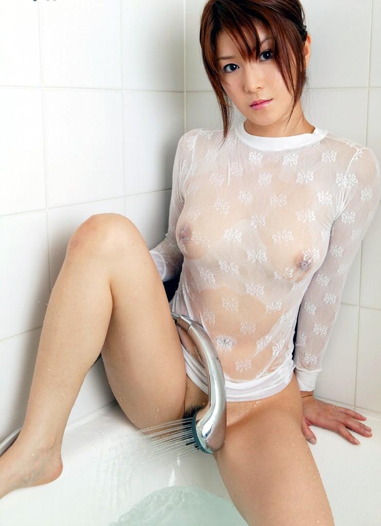 【濡れ透けエロ画像】夏に最適!水を浴びてイヤらしくなる濡れ透け美女たち(;´Д`)