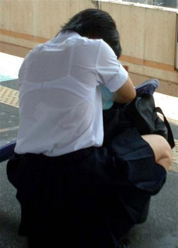 【透けブラエロ画像】汗濡れでもっと見える!?街角透けブラチェック(;´∀`)