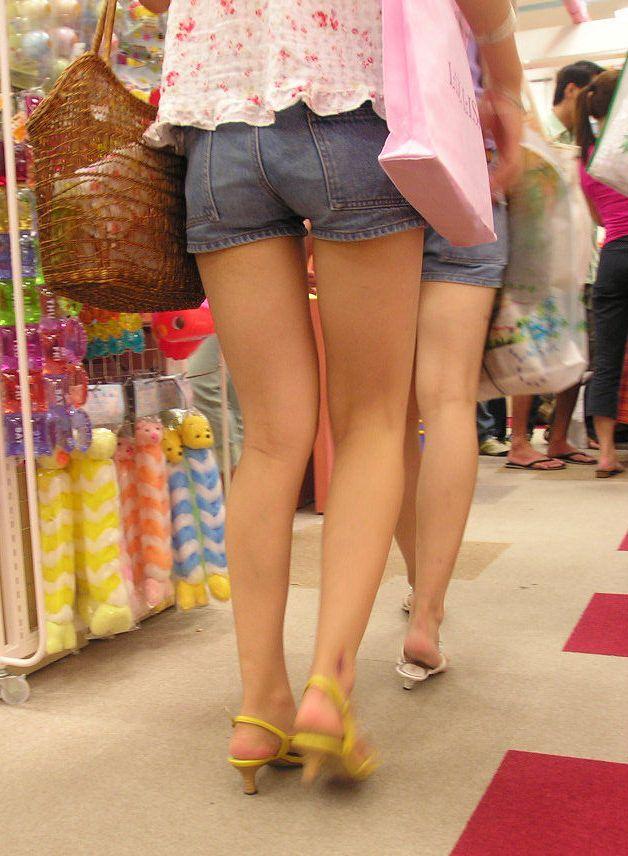 【美脚エロ画像】汗で輝いた姿もたまらない真夏の街角美脚撮り!(;^ω^)