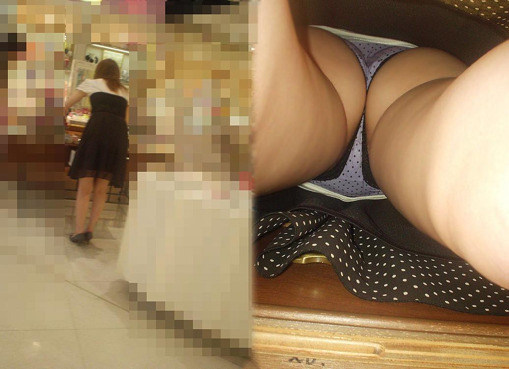 【パンチラエロ画像】湿り気味な下着と尻肉狙って逆さ撮り!(;・∀・)