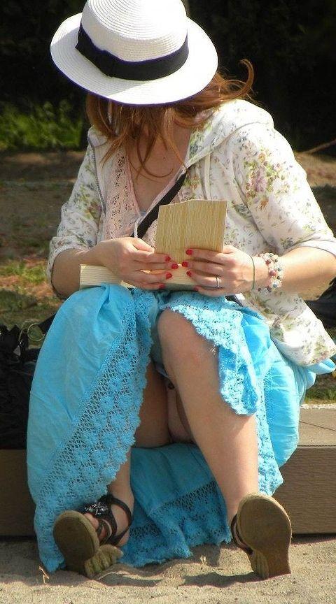 【パンチラエロ画像】暑さもマシになったからまた増えるだろう表の座りチラ女子!(;・∀・)