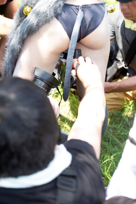 最前線で戦うカメコ(別名ローアングラー)のエロ画像
