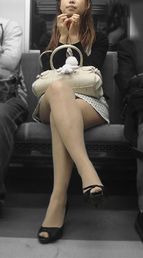 【美脚エロ画像】電車に揺られながら眺める真向いの見知らぬ美脚(;^ω^)