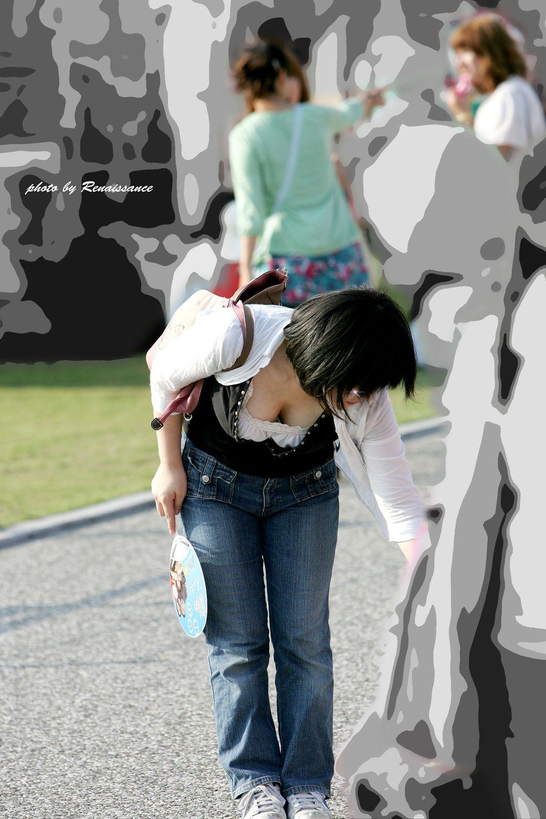 【胸チラエロ画像】暑さぶり返してきたからまだ見える機会は多い胸元チラリ(;^ω^)
