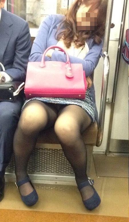 【パンチラエロ画像】毎日乗ってても会えるかどうか…電車対面パンチラ!(;・∀・)