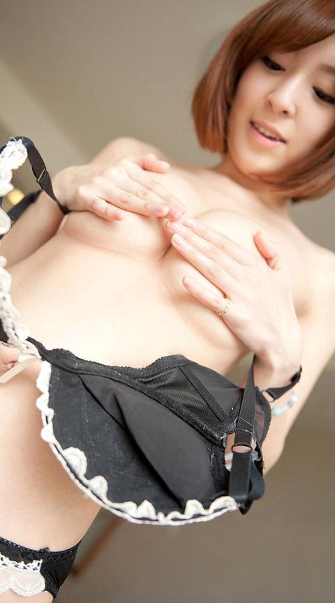 【手ブラエロ画像】他で乳首見せてる人もいるけど…今見たい手ブラの奥!(;´∀`)