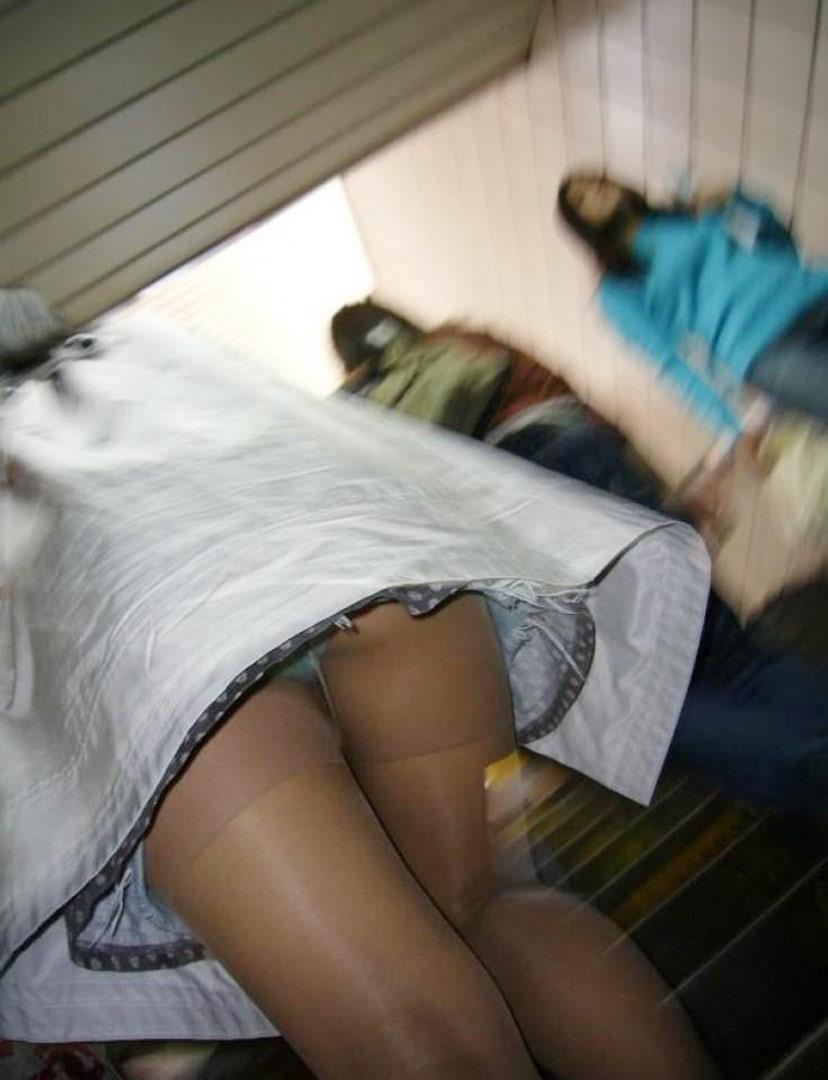 【パンチラエロ画像】見えるチャンスを逃さないローアングルハンター!(;^ω^)