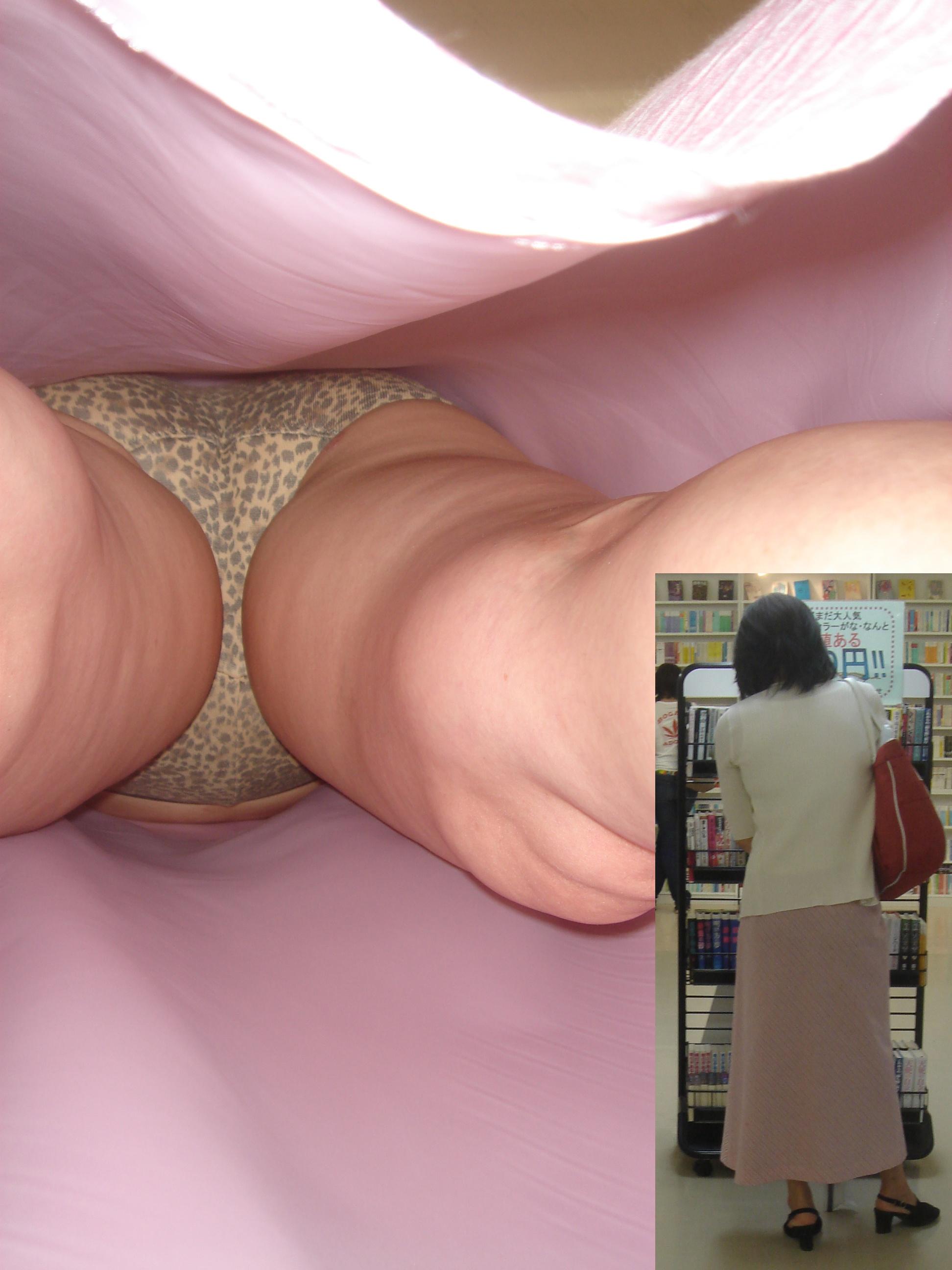 【パンチラエロ画像】真下からもらった!隙を逃さぬ下着逆さ撮り(;゚Д゚)