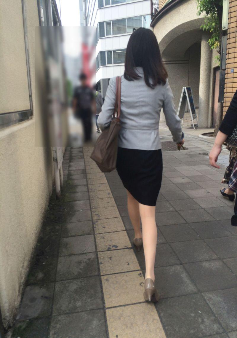 【美脚エロ画像】今や世界中どこの都会でもいるから撮り放題のミニスカ美脚!(;^ω^)