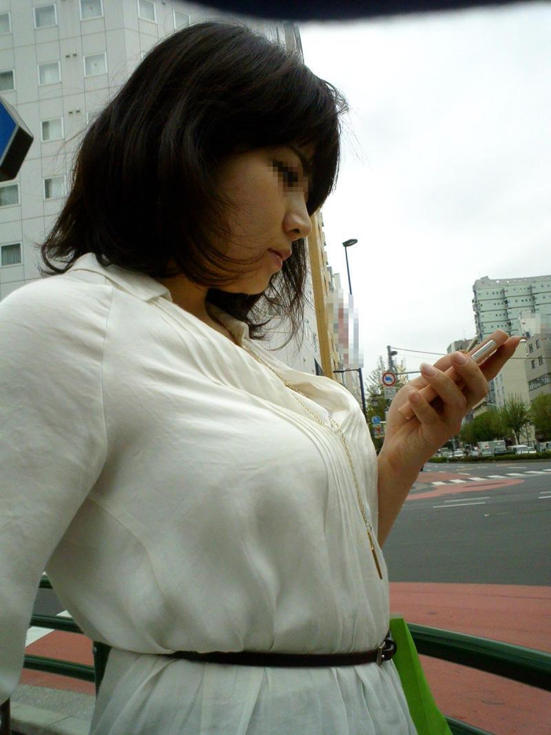 【着胸エロ画像】口に出してデカイとは言っちゃ駄目な街角着衣おっぱい!(;´∀`)