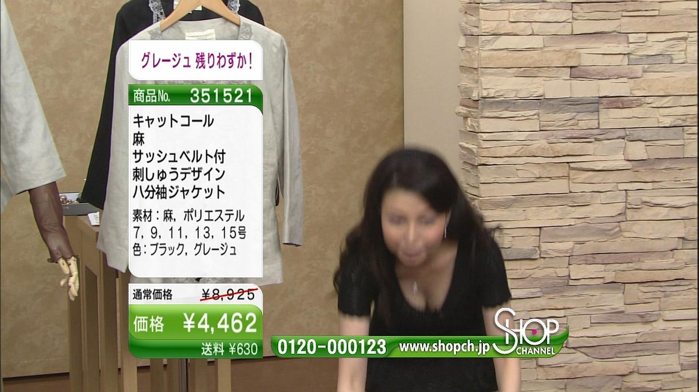【TVお宝エロ画像】放送事故ではなく販売戦略?通販番組のさりげない胸チラ(;^ω^)