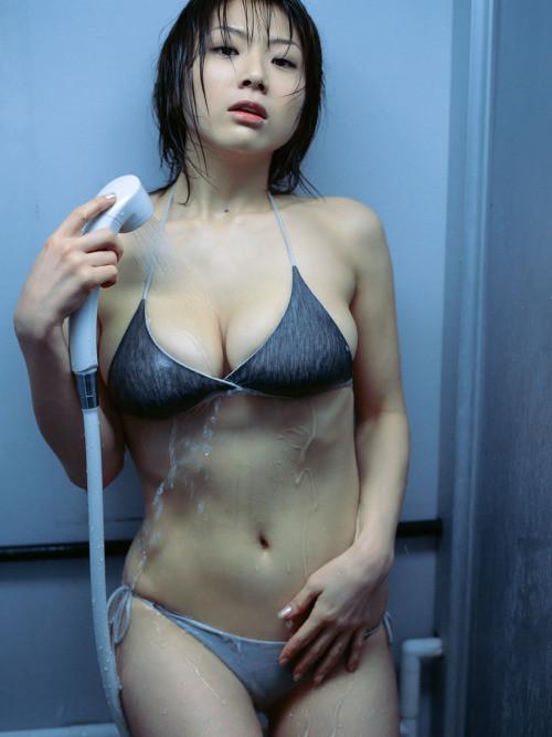 【入浴エロ画像】普通に邪魔w洗いながら脱げて欲しいグラドルの水着シャワー(;><)