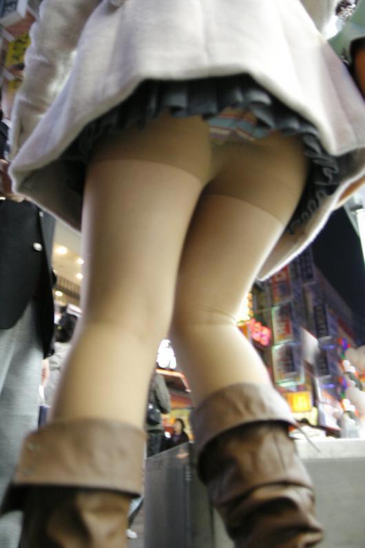 【パンチラエロ画像】見たからにはもう忘れないローアングルパンチラの瞬間!(;゚Д゚)