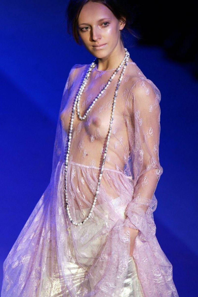 【モデルエロ画像】一流は乳首出さなきゃならんという風潮(*´д`*)ファッションモデルのおっぱい丸出しショー