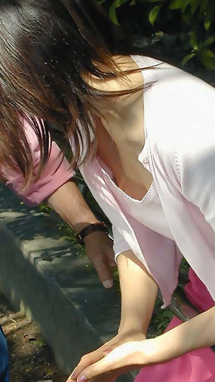 【胸チラエロ画像】無自覚な間はずっと見えてるおっぱいのチラ見え観察!(;・∀・)