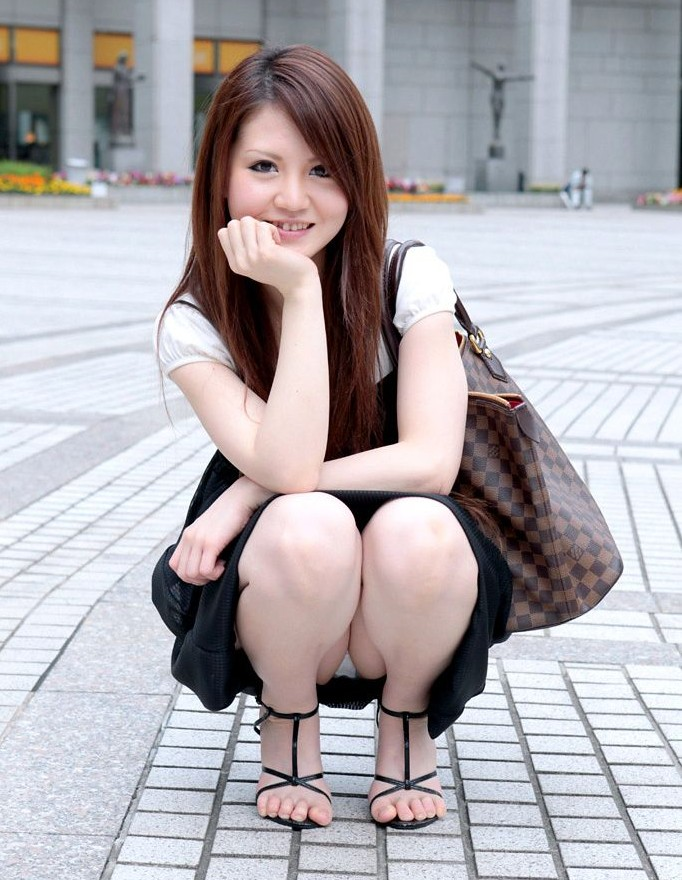 【パンチラエロ画像】デート中にわざと見せつける女の子ってどうなの?(;^ω^)