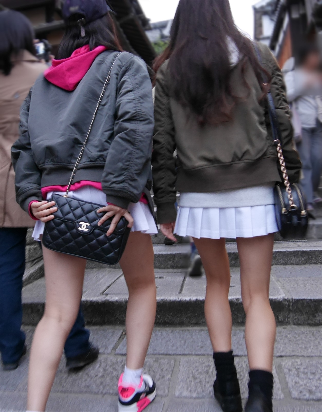 【美脚エロ画像】下着の見える気配を匂わせたミニスカ美脚を街で激写!(;^ω^)