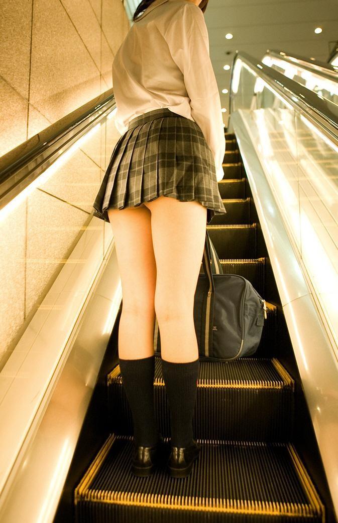 【制服エロ画像】JKコスの超短いミニから見える美味しそうに実った尻!(;´∀`)
