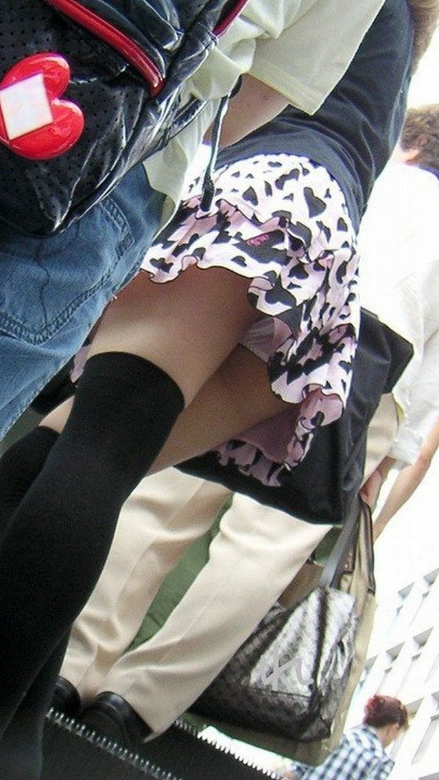 【パンチラエロ画像】斜め下から絶景見上げるローアングルパンチラ(;´Д`)