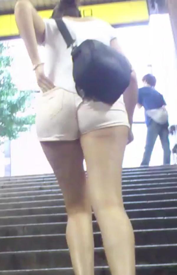 【着尻エロ画像】ハミ出さずにはいられなかった街角ホットパンツ尻追跡!(;・∀・)