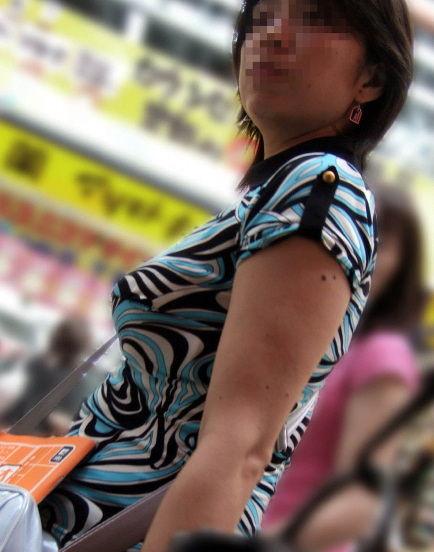 【着胸エロ画像】全国平均絶対に変わってる!よく見かける街角着衣おっぱい(;・∀・)
