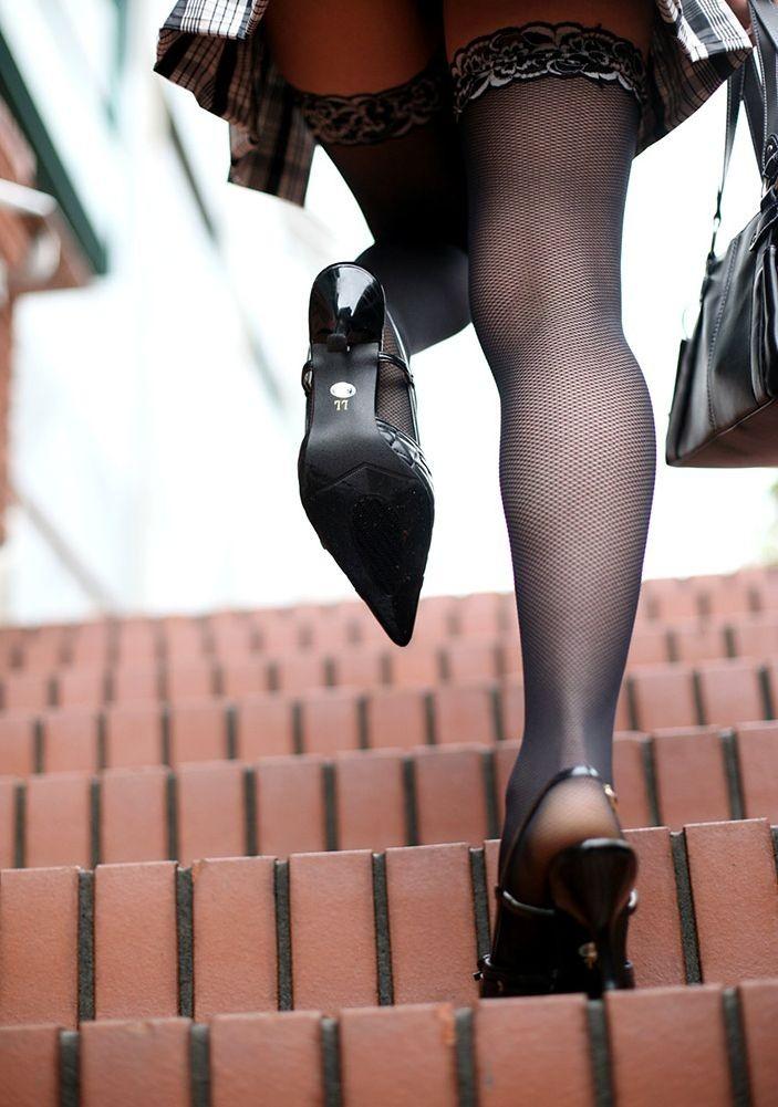 【美脚エロ画像】穴あきでも意外と暖かい?ムッチリ美脚に色気を与える網タイツ(;´Д`)
