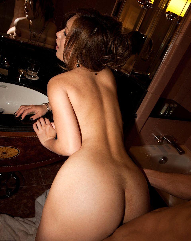 【性交エロ画像】座った時よりも腰がよく動くw相手が倒れるまで立ちバック!(;゚Д゚)