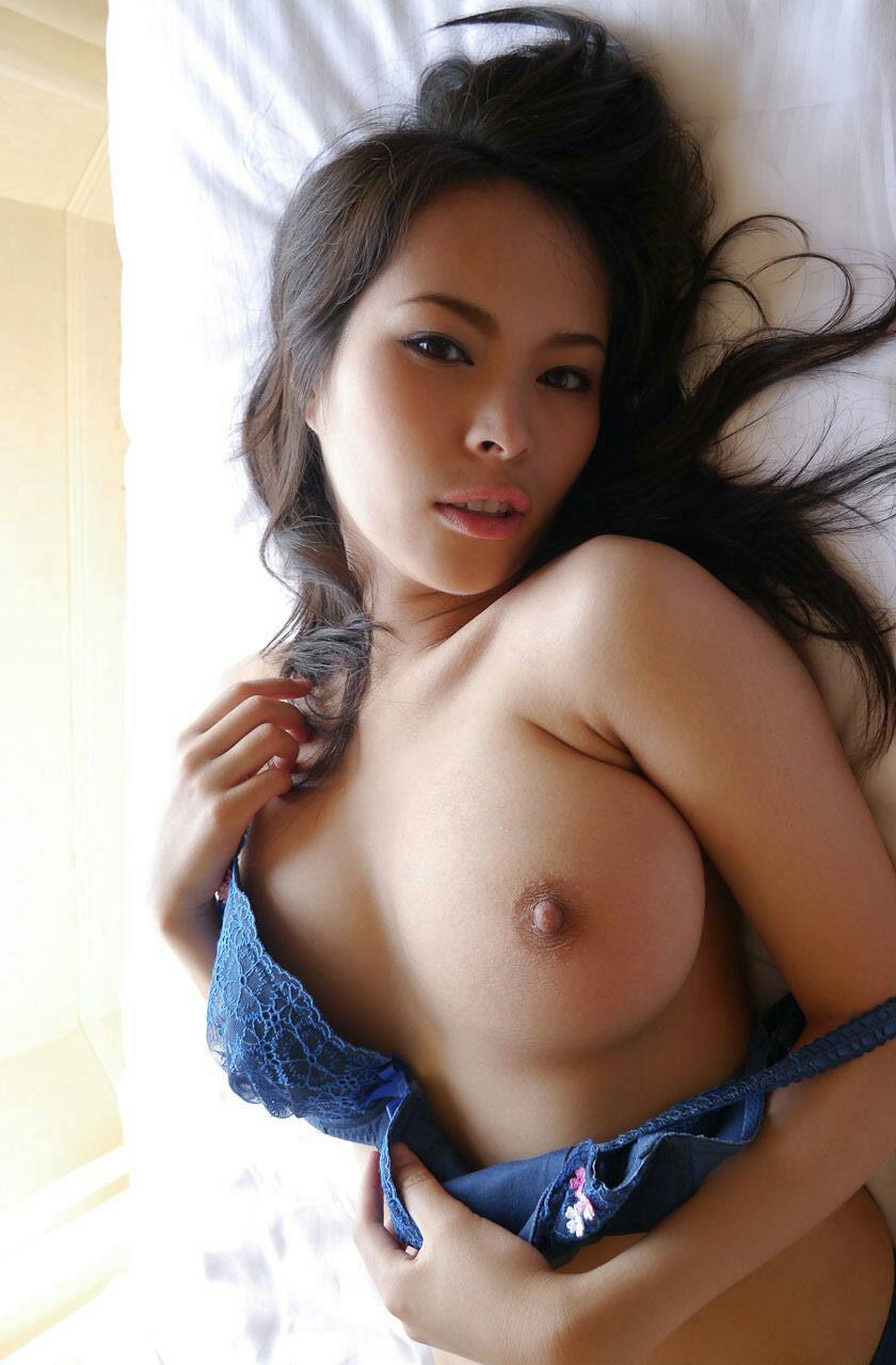 【脱衣エロ画像】乳頭出るまで瞬きできない!ブラが外れて美乳が見えるその瞬間(゚A゚;)