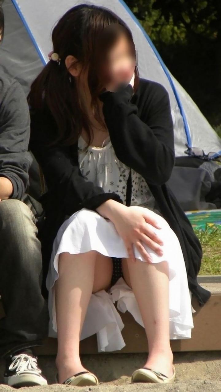 【パンチラエロ画像】寒くなっても拝めるでしょうw鉄板の座りチラ撮り!(;^ω^)