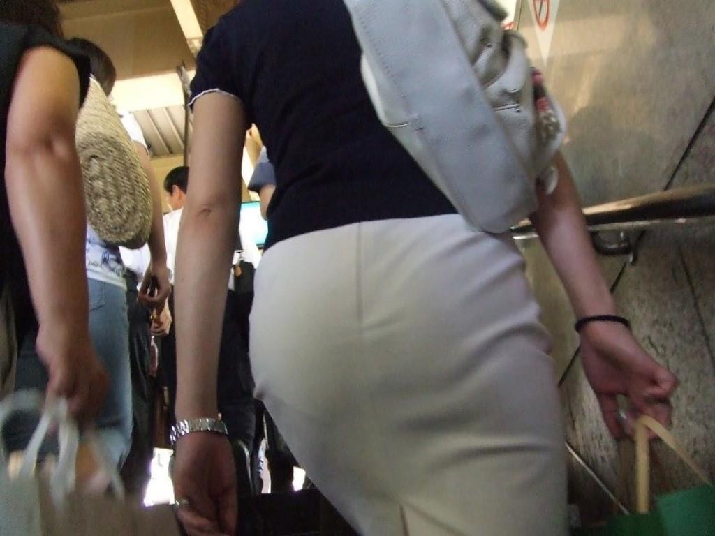 【着尻エロ画像】防寒仕様でも形大きさよく目立つ街角着尻チェック!(;^ω^)