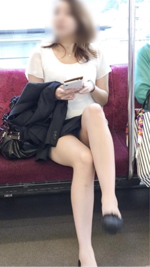 【パンチラエロ画像】どちらかが席を立つまえ見えたままな電車内対面チラ!(;^ω^)