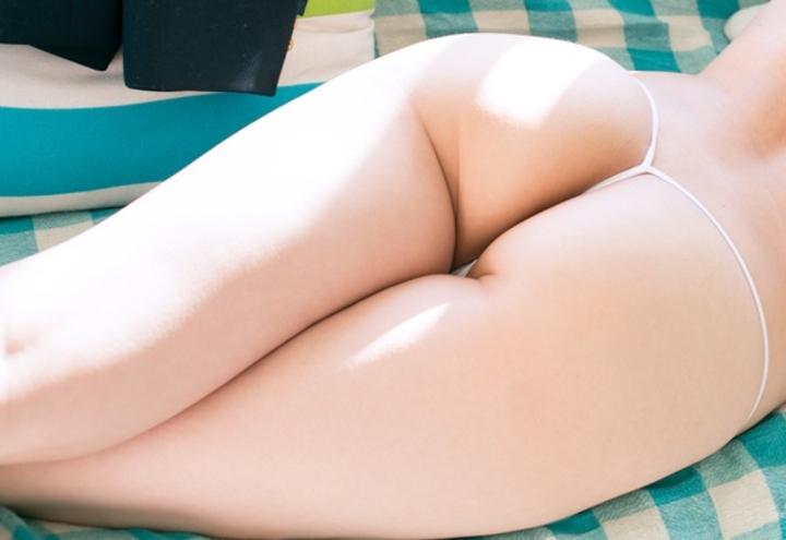 【美尻エロ画像】ほぼ丸出し!ズラせば脱がす手間いらずなTバック美尻(;^ω^)